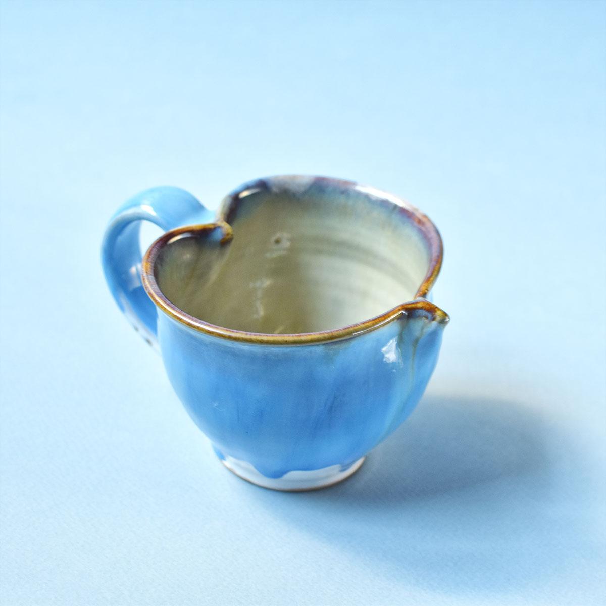 картинка Чашка в форме сердца в сине-голубых оттенках - DishWishes.Ru