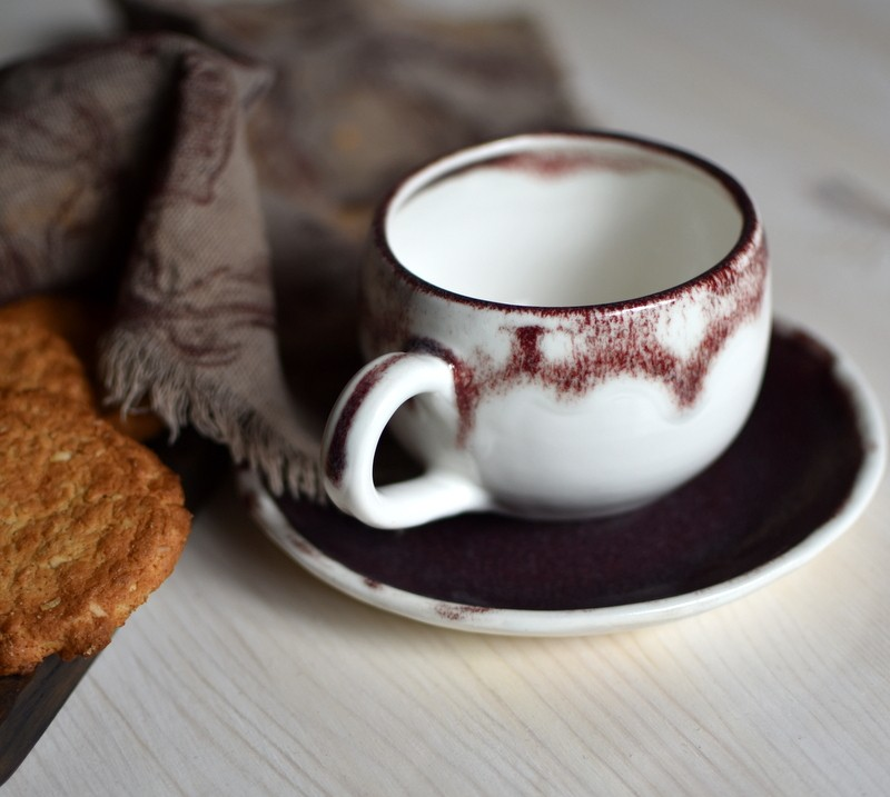 картинка Бордово-белая чашка ручной работы - DishWishes.Ru