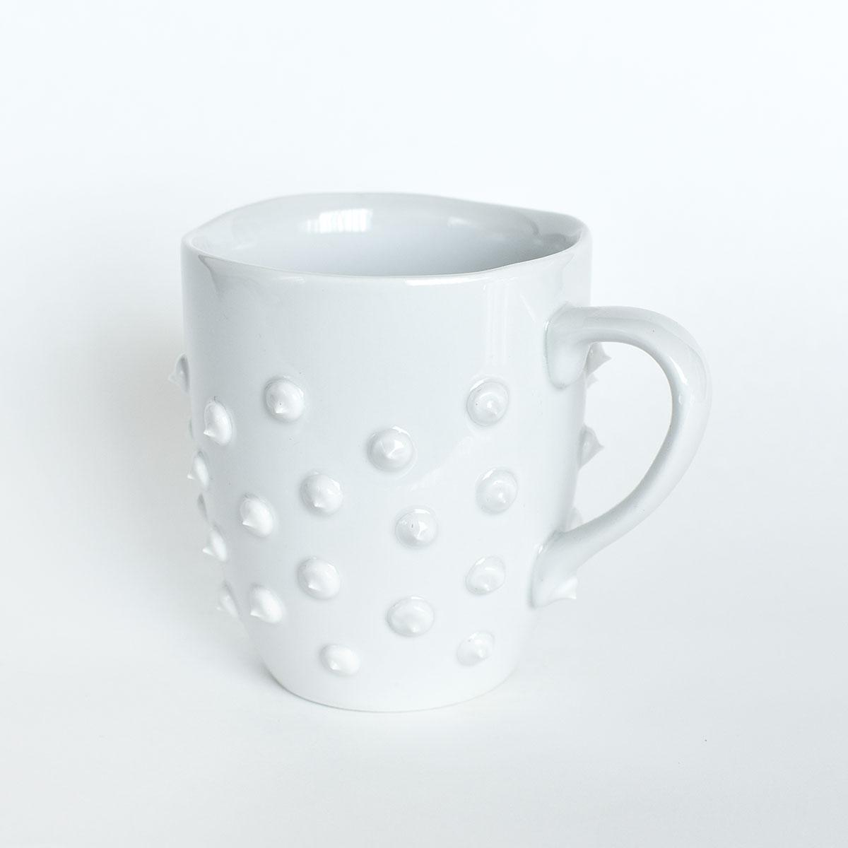 картинка Средняя белая кружка с шипами 1 - DishWishes.Ru