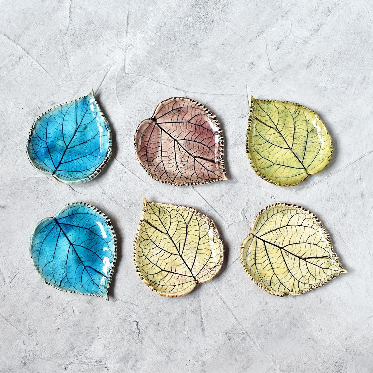 картинка Керамическая тарелочка в форме листа малая - DishWishes.Ru