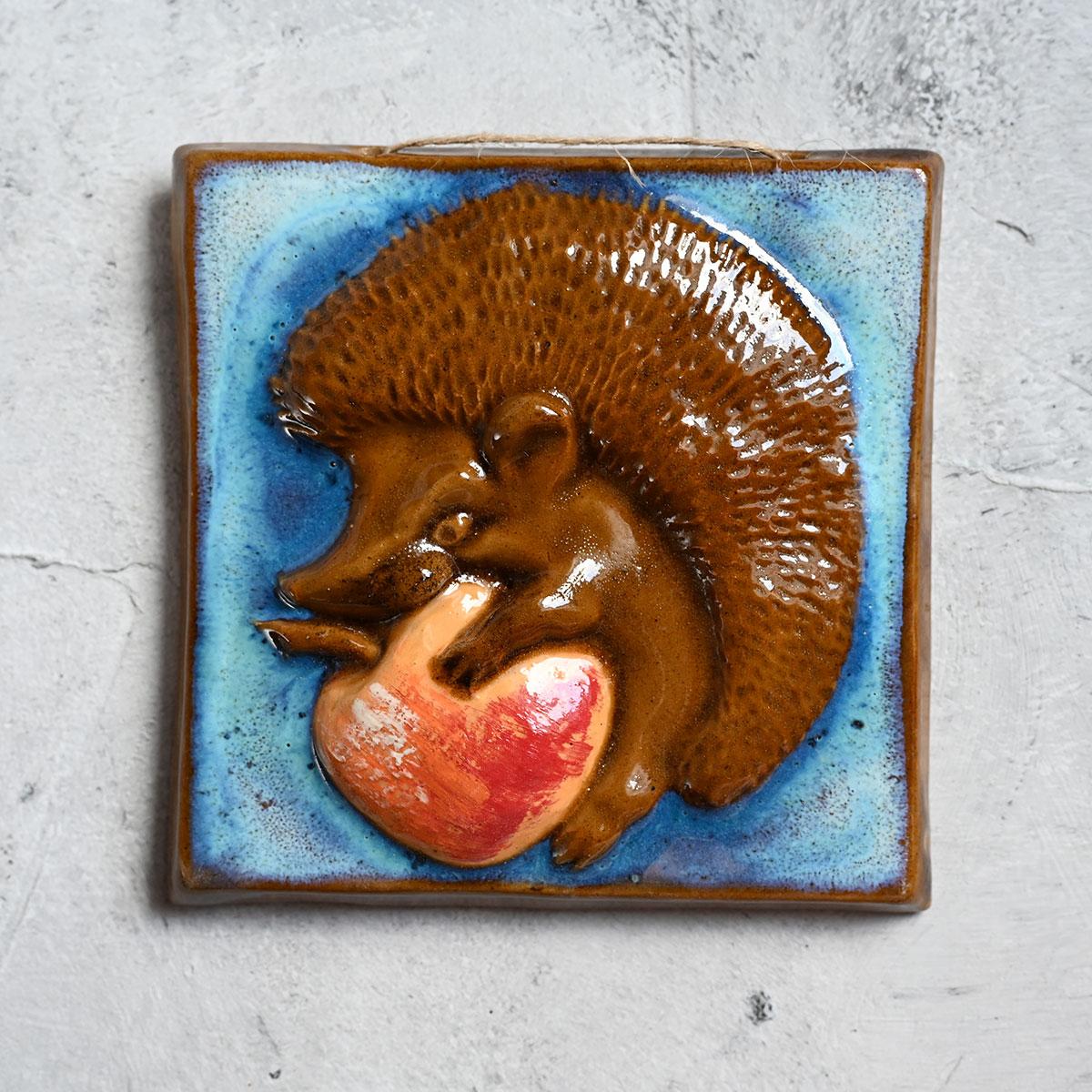 """картинка Изразец ручной работы """"Ежик с яблоком"""" 1 - DishWishes.Ru"""