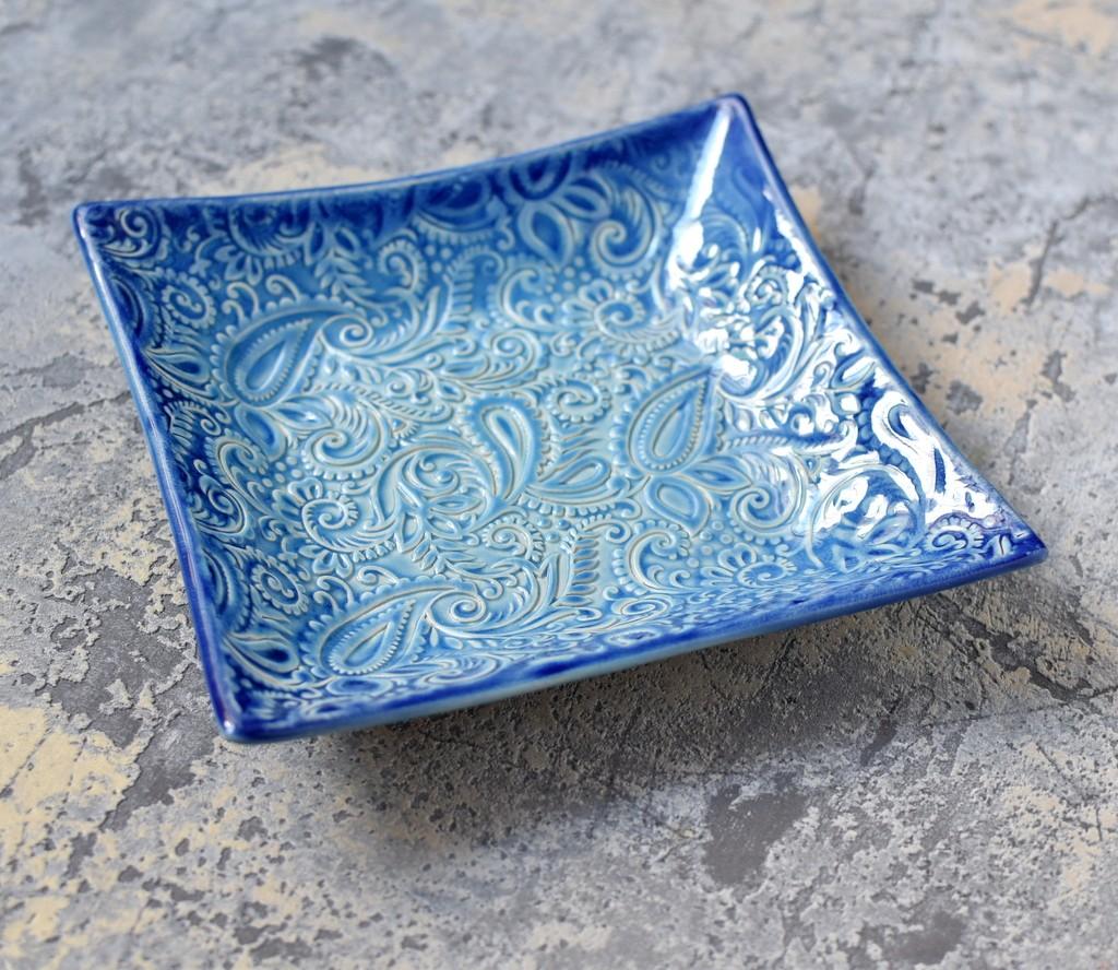 картинка Квадратная тарелка с рельефным узором - DishWishes.Ru