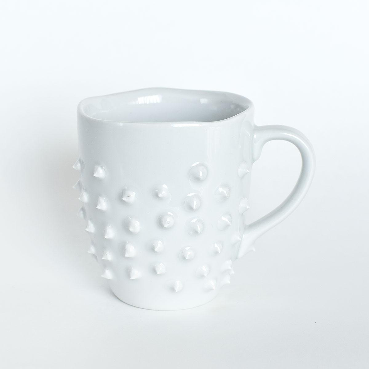 картинка Средняя белая кружка с шипами 2 - DishWishes.Ru