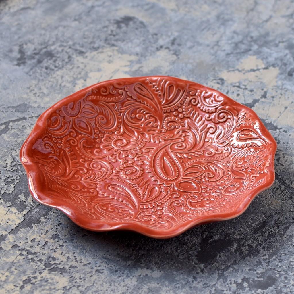 картинка Небольшая круглая тарелка с рельефным узором - DishWishes.Ru