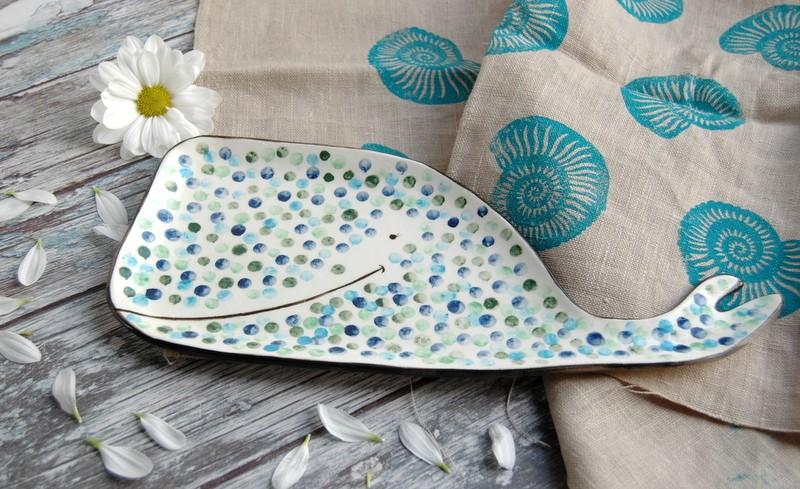 """картинка Керамическая тарелка ручной работы """"Кит"""" - DishWishes.Ru"""