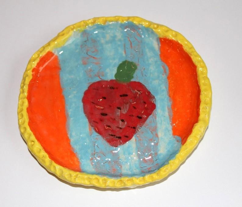 картинка Небольшая керамическая тарелочка с клубничкой - DishWishes.Ru