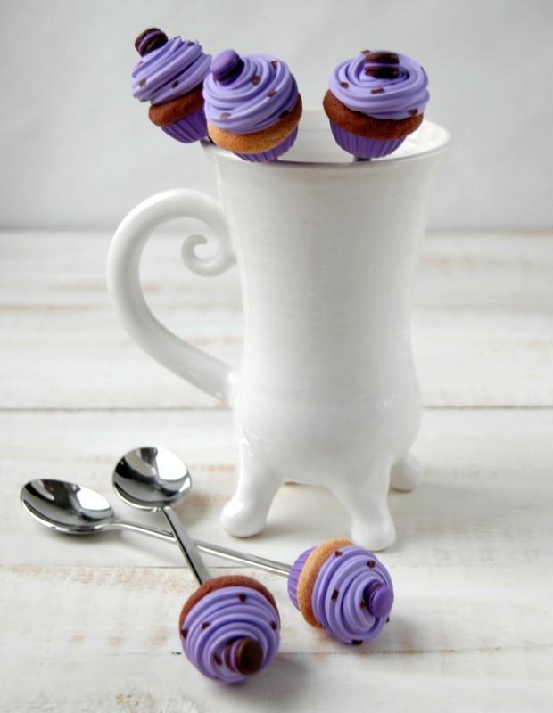картинка Чайная ложка с шоколадно-лавандовым капкейком - DishWishes.Ru