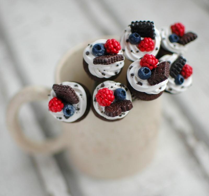 """картинка Чайная ложка с шоколадным капкейком """"Ягоды&Печенье"""" - DishWishes.Ru"""