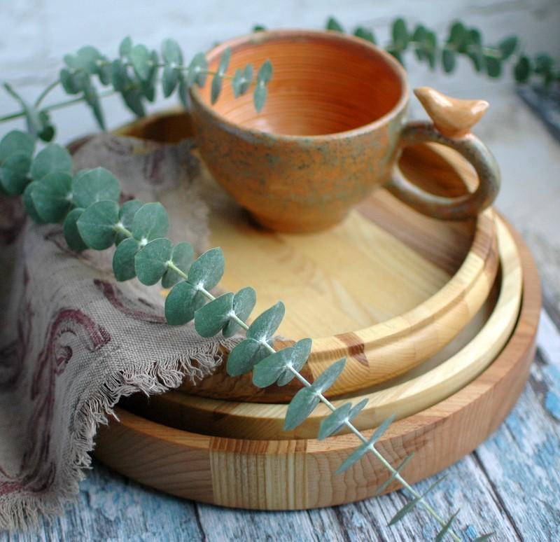 картинка Круглый деревянный поднос с фигурными бортами - DishWishes.Ru