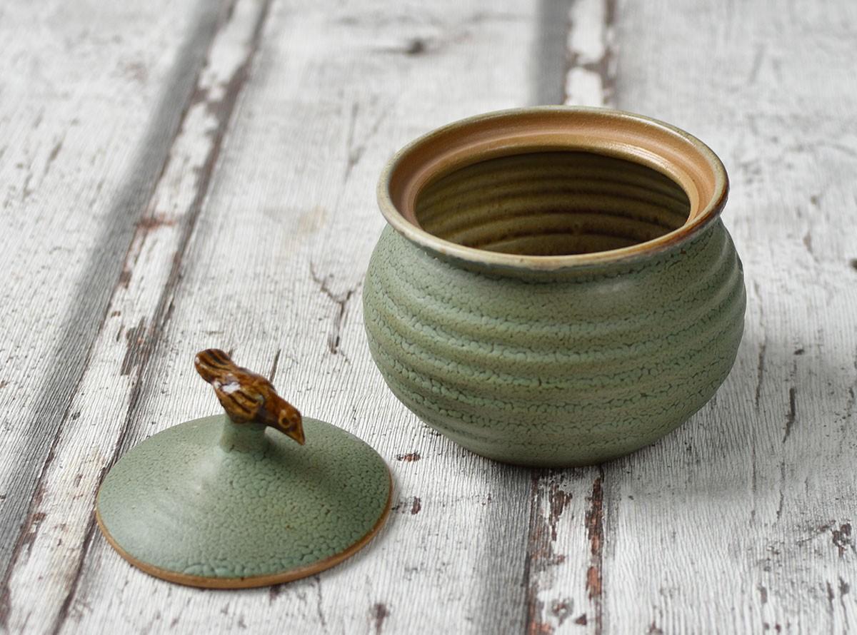 картинка Маленькая керамическая баночка с птичкой - DishWishes.Ru
