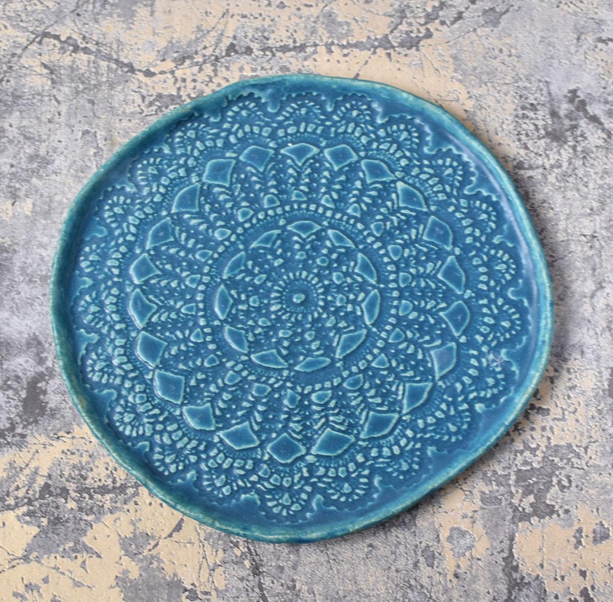 картинка Большая бирюзовая тарелка с кружевом - DishWishes.Ru