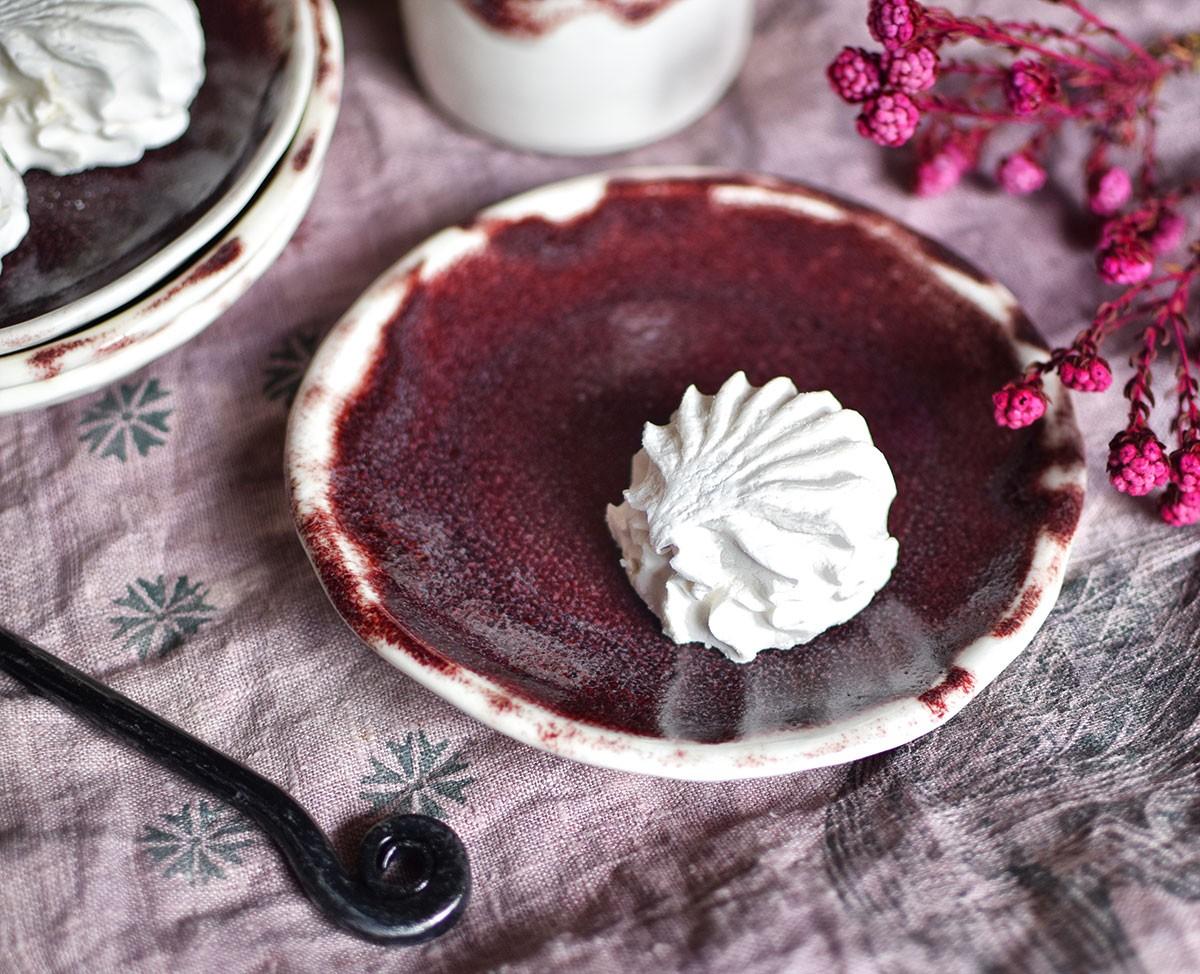 картинка Бордово-белая десертная тарелка ручной работы - DishWishes.Ru