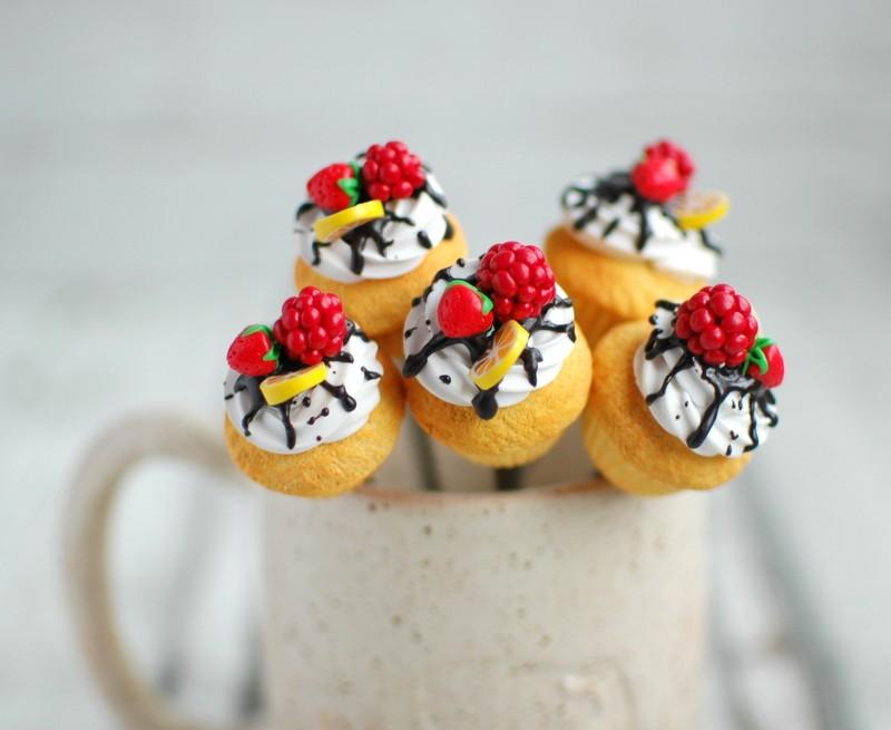 """картинка Чайная ложка с ванильным капкейком """"Лесные ягоды"""" - DishWishes.Ru"""