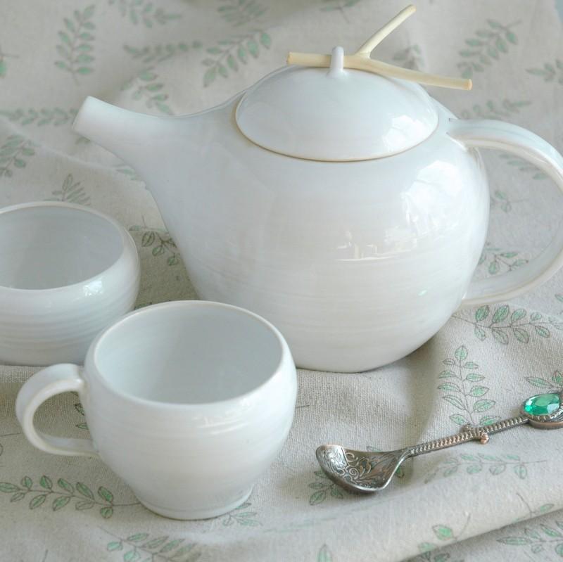 картинка Чайник белый с палочкой на крышке - DishWishes.Ru