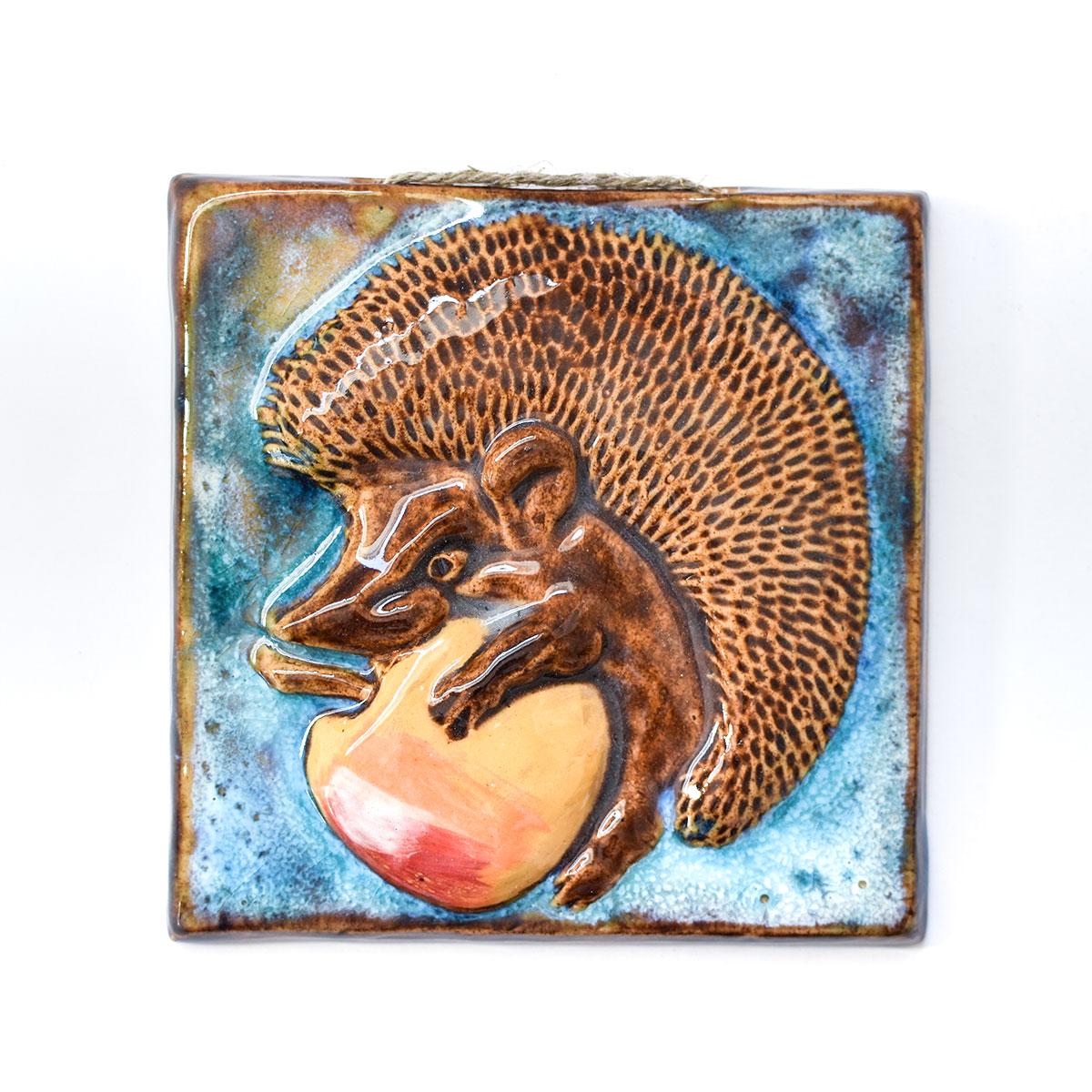"""картинка Изразец ручной работы """"Ежик с яблоком"""" 2 - DishWishes.Ru"""