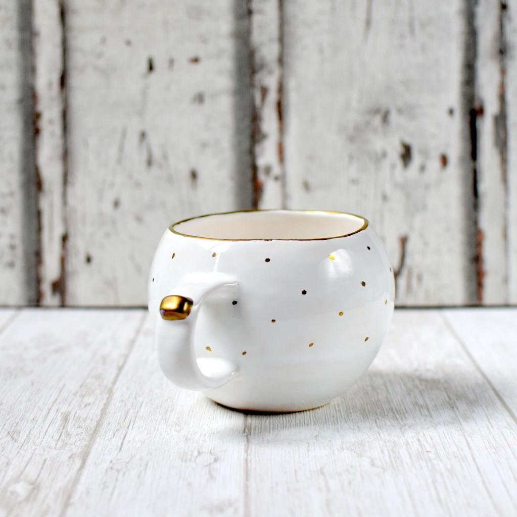 картинка Чашка с золотой каемкой и горохами - DishWishes.Ru