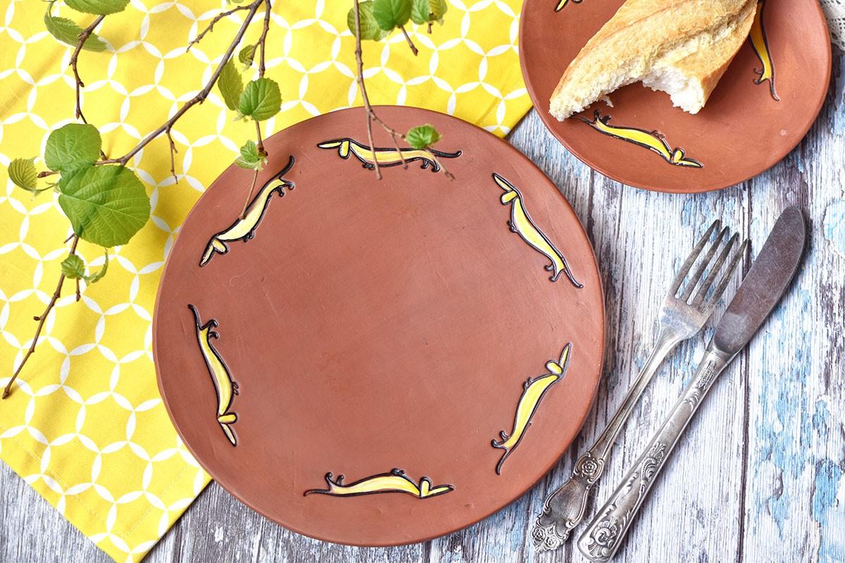 картинка Керамическая тарелка с таксами - DishWishes.Ru