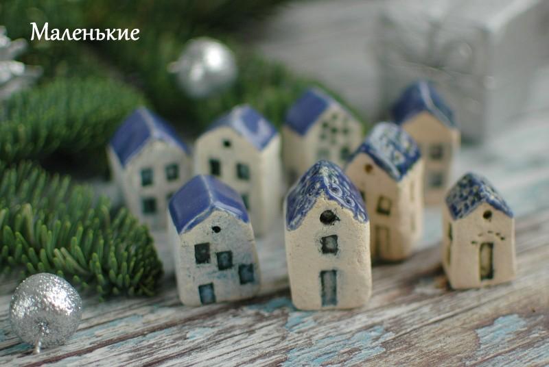 картинка Маленький керамический домик с синей крышей - DishWishes.Ru