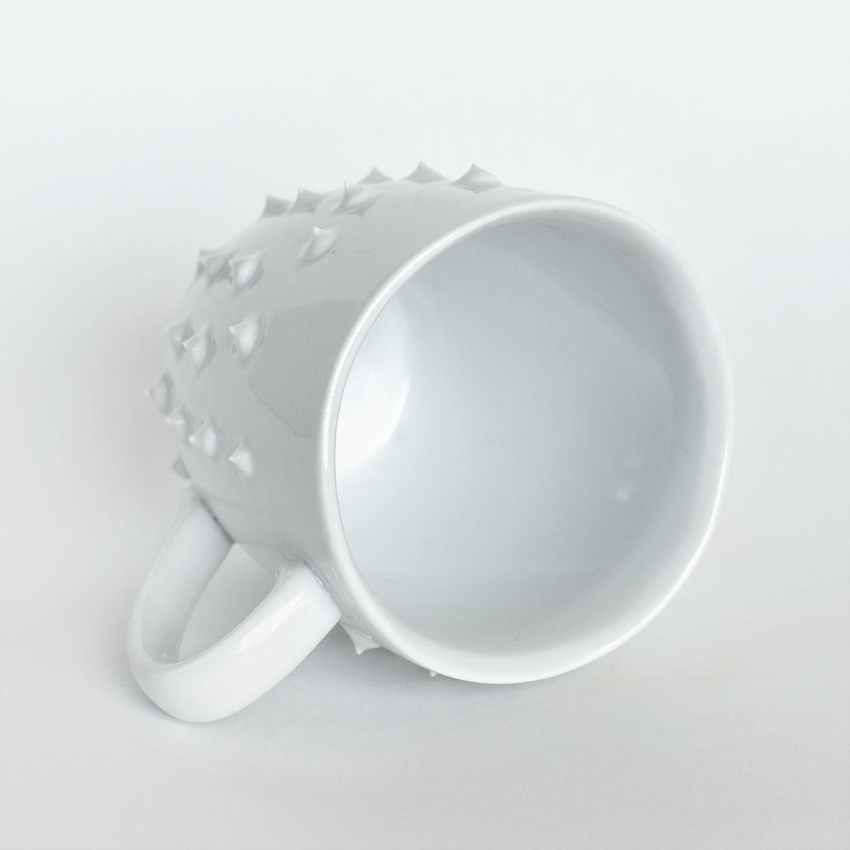 картинка Средняя белая кружка с шипами 4 - DishWishes.Ru