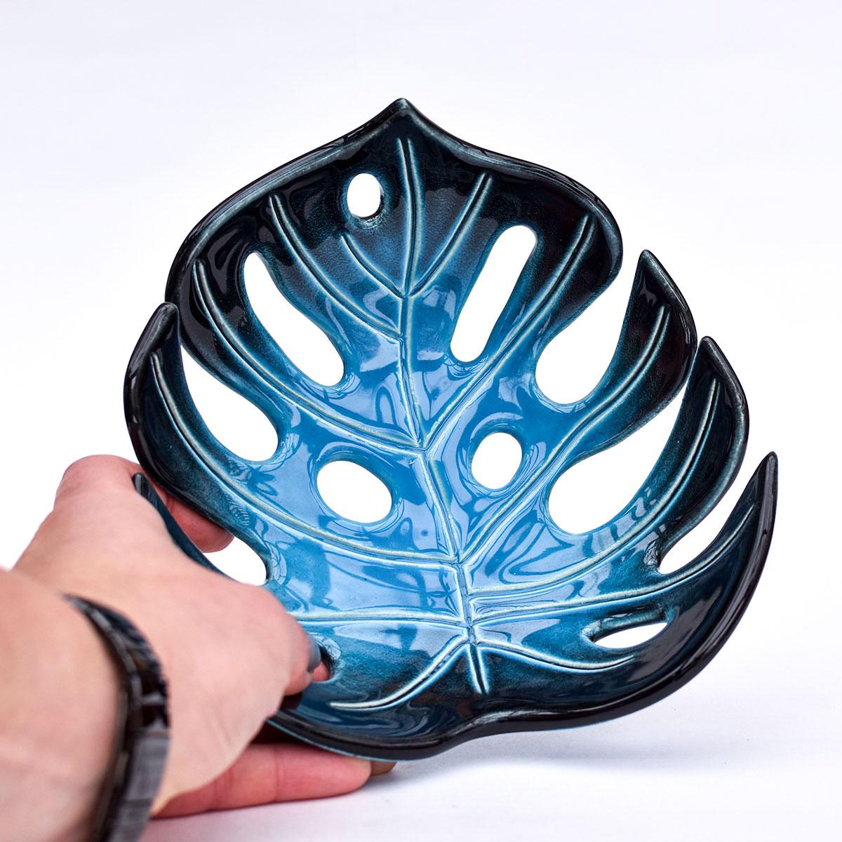 """картинка Резная тарелка """"Монстера"""" малая голубая - DishWishes.Ru"""