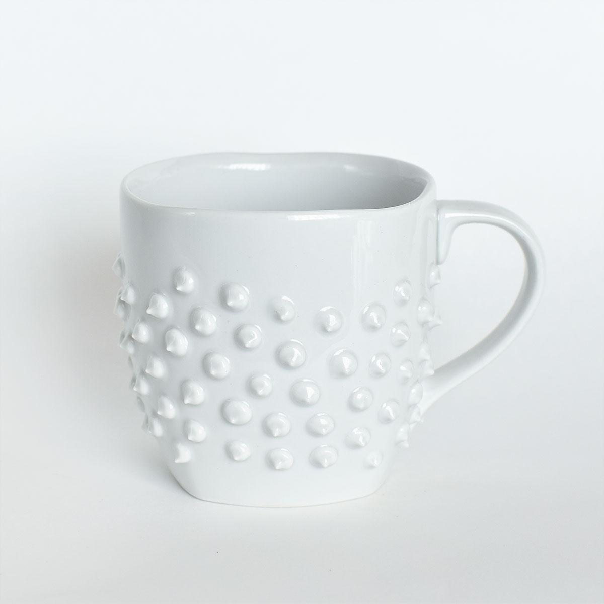 картинка Большая белая кружка с шипами - DishWishes.Ru
