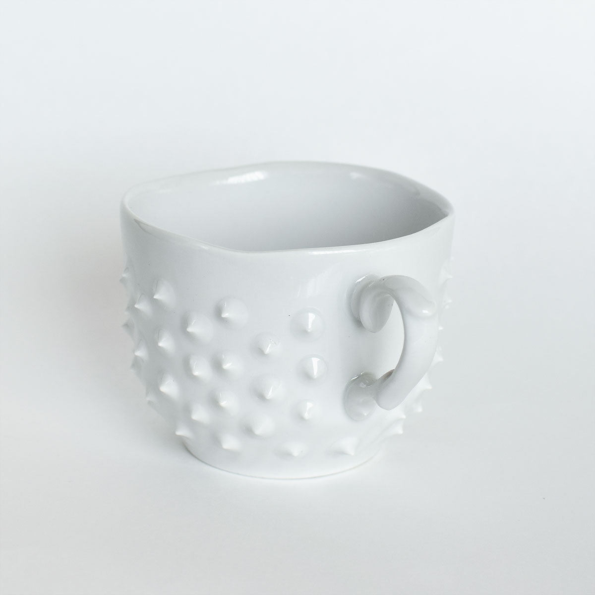 картинка Белая чашка с шипами - DishWishes.Ru