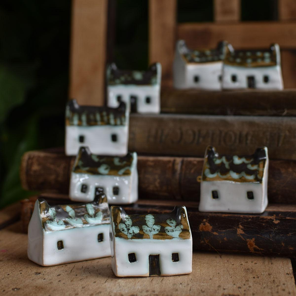картинка Маленький керамический домик с двумя трубами и темной крышей - DishWishes.Ru