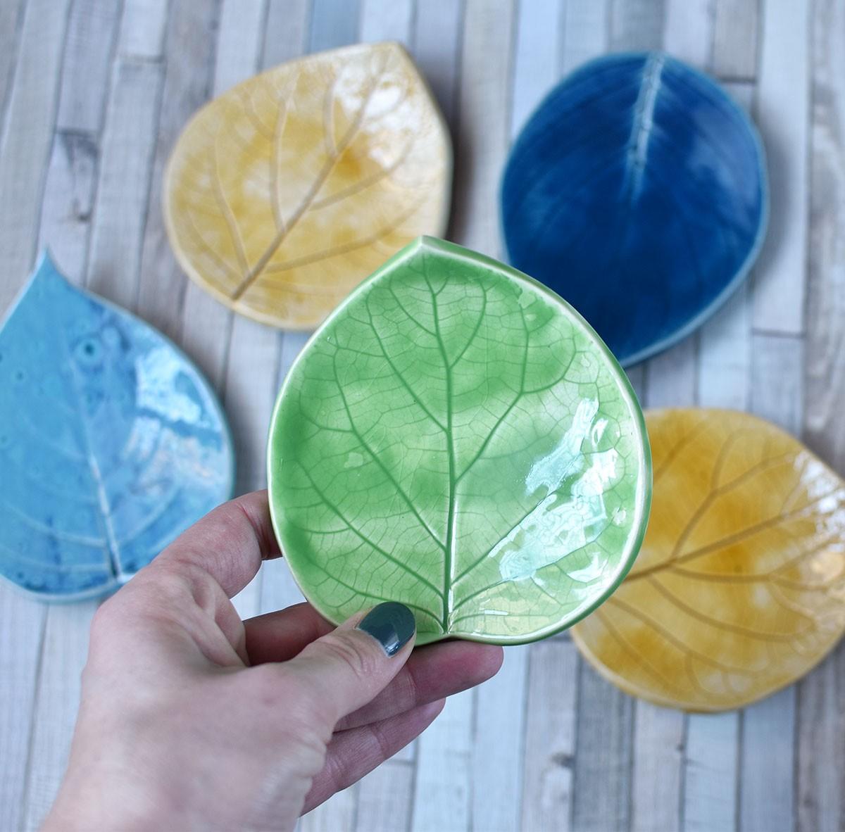 картинка Керамическая тарелочка в форме листа средняя - DishWishes.Ru