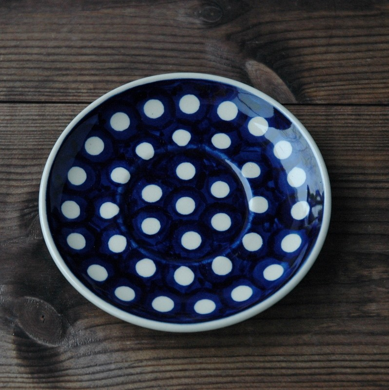 картинка Синее блюдце с белыми горохами - DishWishes.Ru