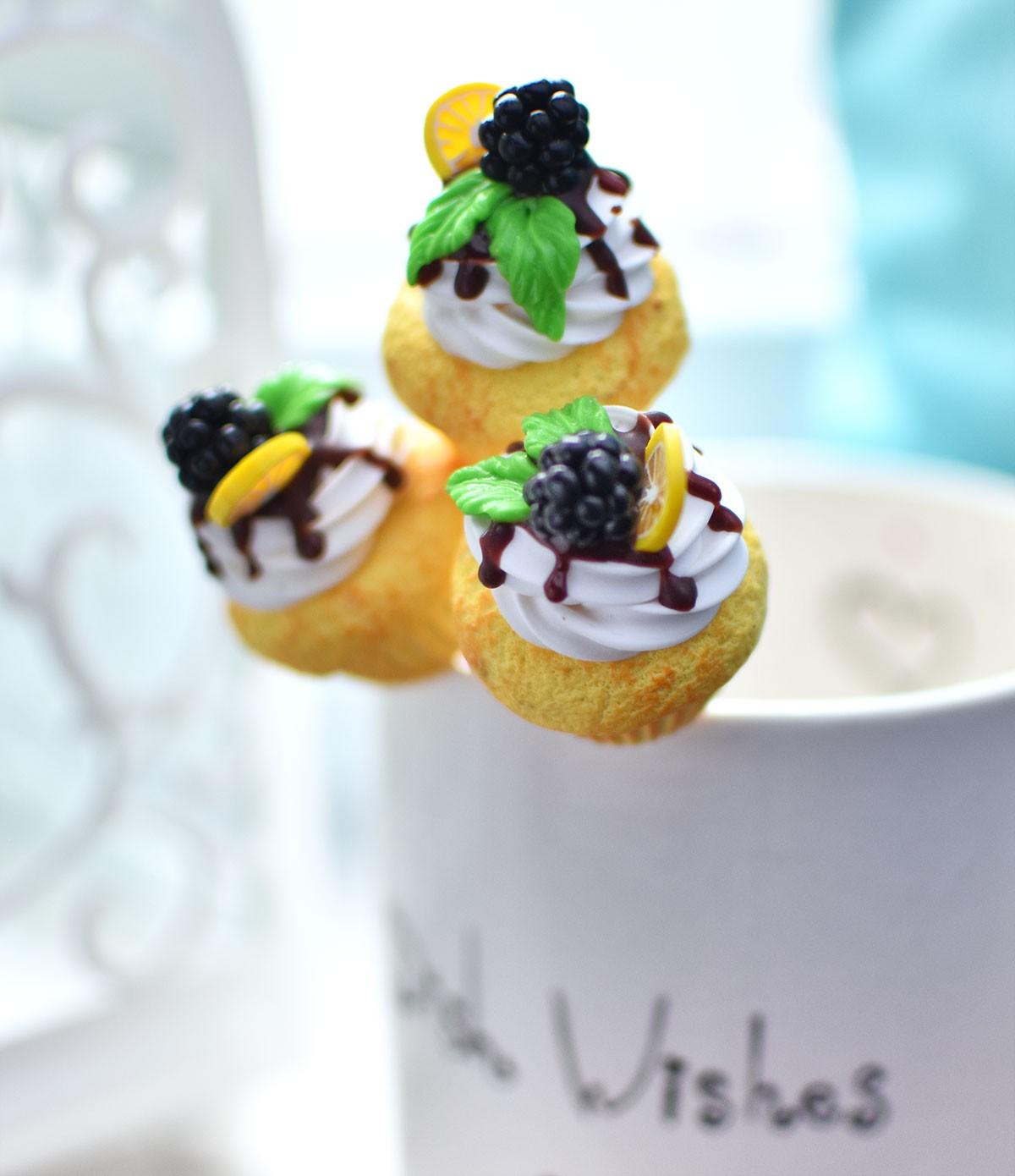 """картинка Чайная ложка с ванильным капкейком """"Ежевика"""" - DishWishes.Ru"""